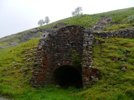 The limekiln alongside the road in Losterdale