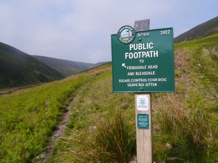 A brand new FP sign courtesy of the Peaks & Northern Footpath Society