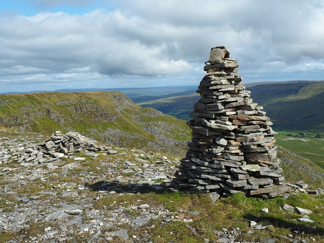 One of the large cairns, or standards, above High White Scar