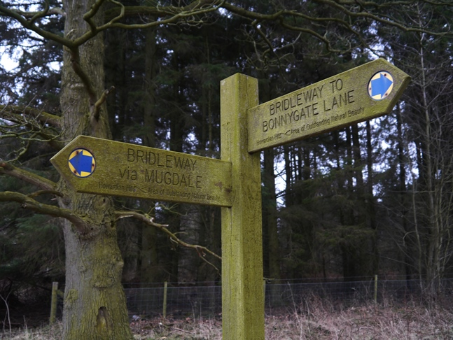 The bridleway sign pointing our way to Mugdale