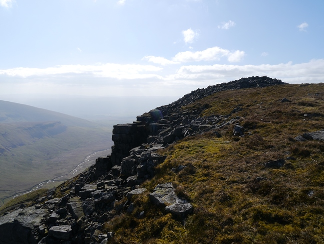 Approaching the sprawling cairn of Narrowgate Beacon