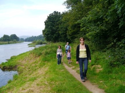 Walking along the north bank towards Chain Bridge
